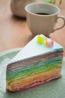 Regenbogen Kreppkuchen auf Teller. (selektiver Fokus)