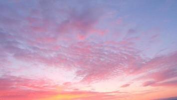 abstrakter Hintergrund des sonnigen Himmels, schöne Wolkenlandschaft, auf dem Himmel foto