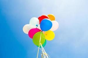 Bündel bunter Luftballons im Himmel foto