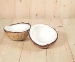 Kokosnuss auf dem Tisch foto