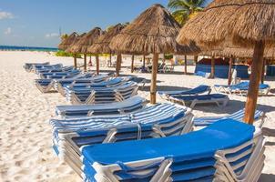 Liegestühle aufgereiht und in Cancun gestapelt