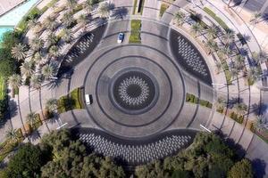 Symettrischer Kreisverkehr, umgeben von Palmen von oben gesehen foto