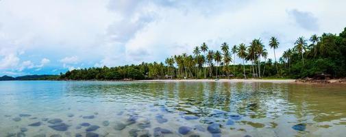 exotischer tropischer Strand mit weißem Sand und blauem Wasser