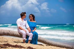 junges Paar, das zusammen auf einer Palme sitzt