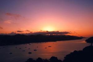 rotes Sonnenuntergangshafenboot, Samana-Bucht, dominikanische Republik