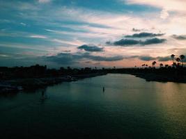 Steh auf Paddelboot fahren in den Sonnenuntergang