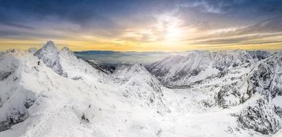 Panoramablick auf die Winterberge bei Sonnenuntergang