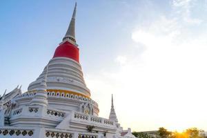 weiße Pagode in Wat Phra Samut Jedi unter Abendhimmel