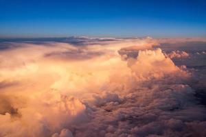 Blick auf den Himmel und die Wolken vom Flugzeug bei Sonnenuntergang