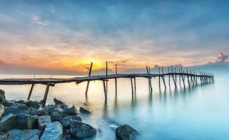 Sonnenaufgang auf einer Holzbrücke