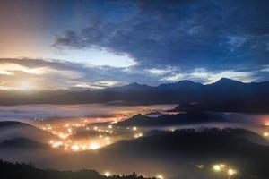 schöner Sommersonnenaufgang in Mountai foto