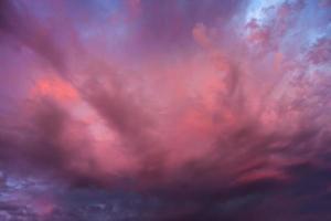 feurig rosa und violette Wolken