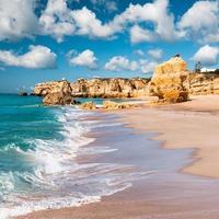 wellige Küste und goldene Strände von Albufeira, Portugal