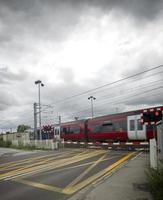 Schnellzug am Bahnübergang