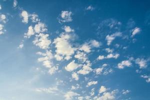 weiße Wolken, von der Sonne beleuchtet