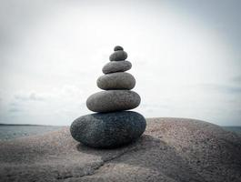 Steine balancieren übereinander