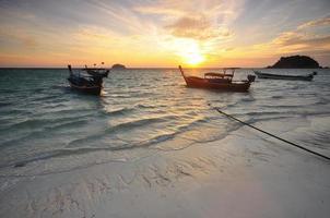 tropische Seestückansicht bei Sonnenaufgang foto
