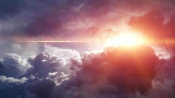 Licht durch dunkle Wolken