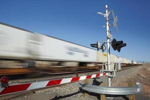 Zug vorbei Bahnübergang Bewegungsunschärfe