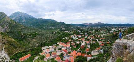 Panoramablick von der Festungsmauer auf Bar, Montenegro foto