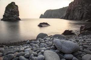 horizontale Landschaft der felsigen Küste mit Kieselsteinen foto