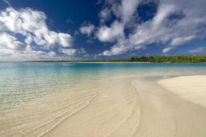 sandiger, flacher, tropischer Strand. eine Fuß Insel, Aitutaki foto