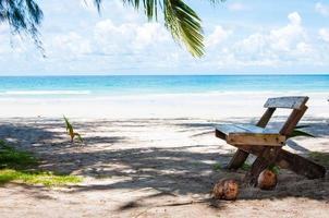 schöner tropischer Strand mit weißem Sand und blauem Wasser