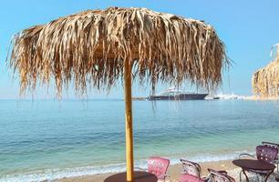 Sonnenschirm an der Küste foto