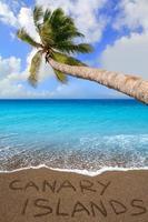 brauner Strandsand geschriebenes Wort Kanarische Inseln