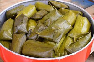gedämpfter klebriger Reis, eingewickelt von Bananenblatt, khao tom mad