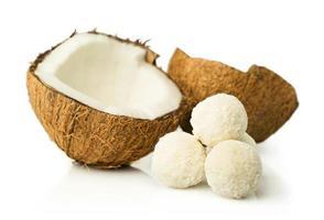 Kokosnuss und Süßigkeiten in Kokosflocken