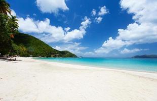 schöner tropischer Strand in der Karibik foto