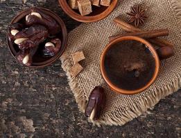 aromatischer Kaffee und östliche Datteln foto