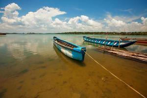 malerische Ansicht am großen See in srilanka mit dem Fischerboot
