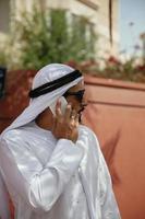 arabischer Mann mit Smartphone im Freien foto