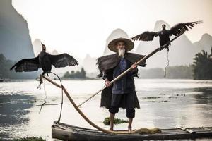 Kormoranfischer zeigt Vögel foto
