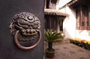 Terrasse eines traditionellen chinesischen Hauses hinter einer geschlossenen Tür