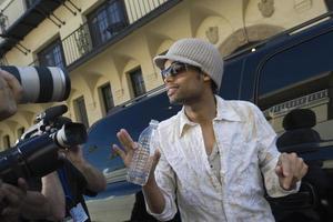 männliche Berühmtheit wird interviewt foto