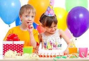 glückliche Kinder, die Geburtstagsfeier feiern foto