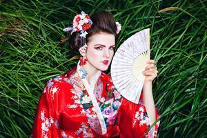 Schönheitsporträt von Geischa mit Fächer