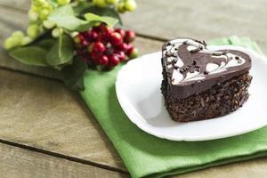 Schokoladenkuchen in einem Herzen, Valentinstag, Nachtisch