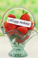 alles gute zum geburtstagskarte mit frischen erdbeeren im vintage glaskorb