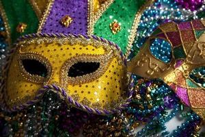 bunte Karnevalsmasken und Perlen aus Karneval