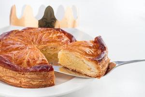 Nahaufnahme von Epiphany King Cake - Galette des Rois auf Weiß