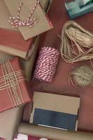 einige Geschenke verpacken