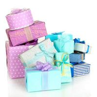 Stapel bunter Geschenkboxen lokalisiert auf Weiß foto