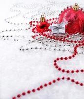 silberne und rote Weihnachtsdekoration foto