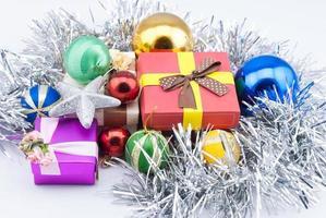 Weihnachtsdekorationen und Geschenke auf weißem Hintergrund.