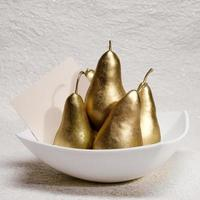 glasierte Goldbirnen auf einem Teller foto