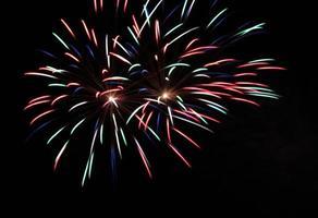 rotes, blaues, grünes Feuerwerk foto